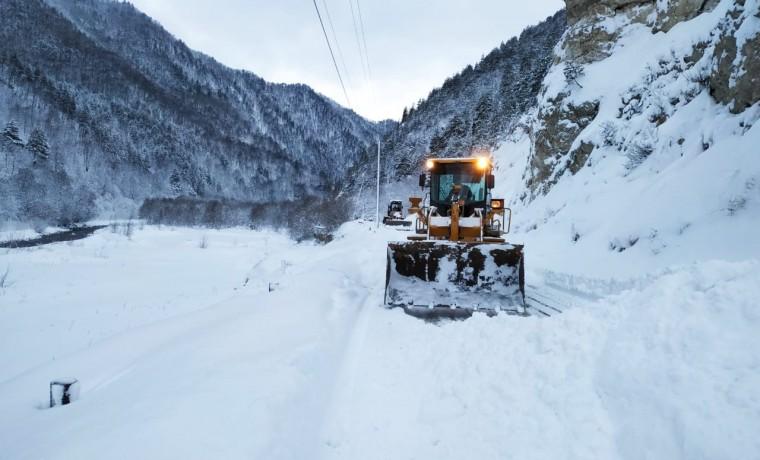 В горах ЧР расчистили полосу временно закрытой автодороги на Кезеной-Ам